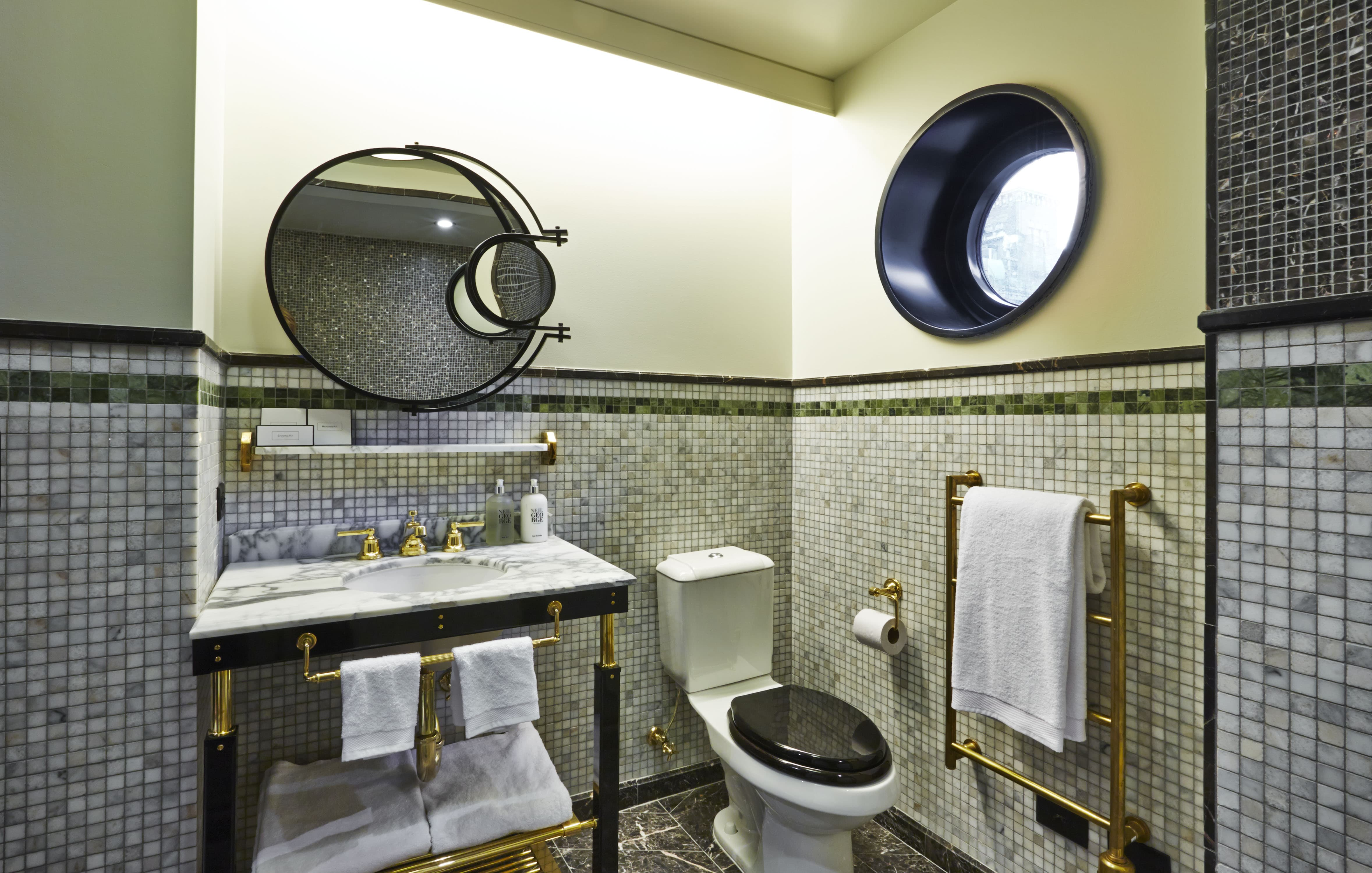 Room Bathroom-min